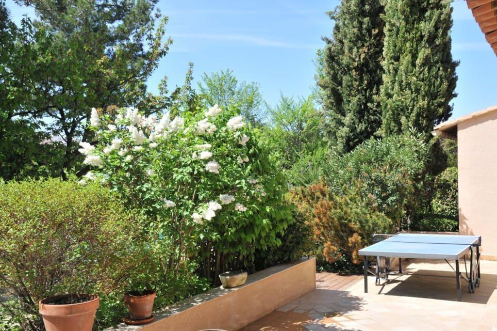 joli rez de jardin piscine proche d 39 aix g stesuiten zur miete in aix en provence provence. Black Bedroom Furniture Sets. Home Design Ideas