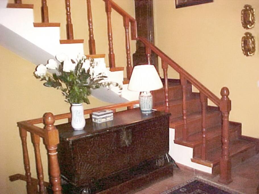 Recibidor y escaleras de acceso a primera planta