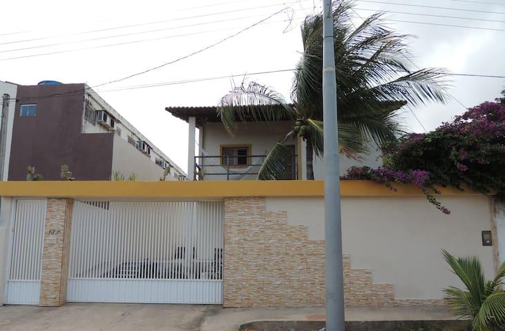 Casa com 6 quartos e área de lazer a 100 m do mar