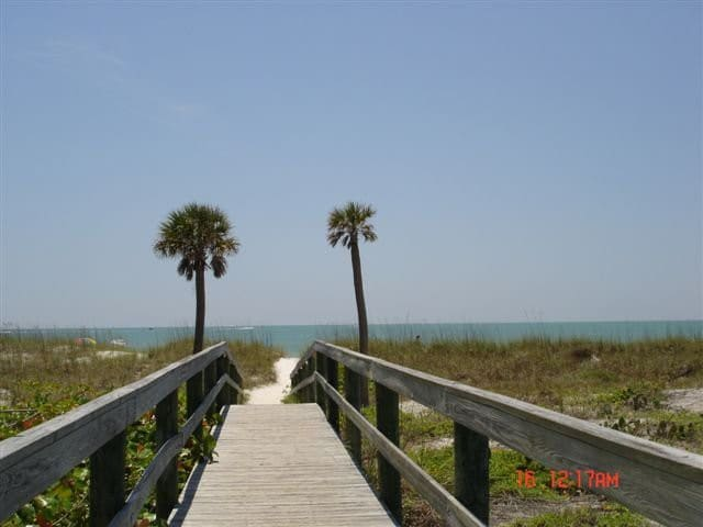 Beach side GREAT LOCATION! - Madeira Beach - Huis