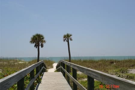 Beach side GREAT LOCATION! - Madeira Beach - Hus