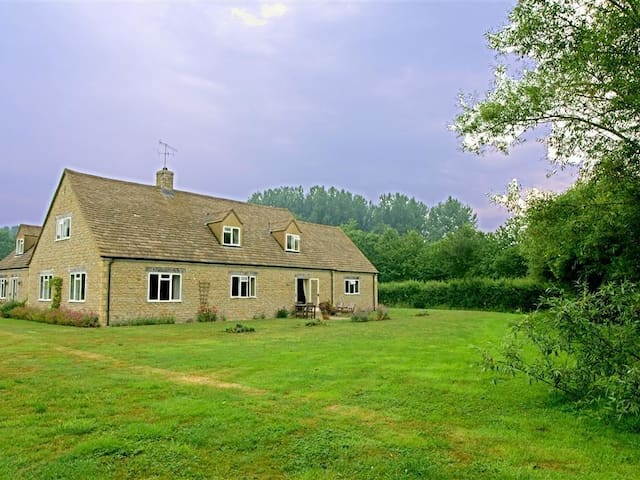 TAGMOOR HOLLOW, with a garden in Bourton-On-The-Water, Ref 988661