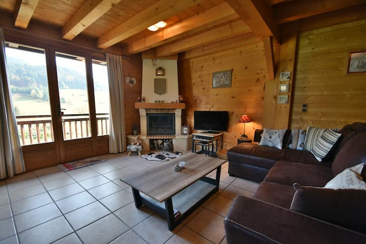 Stunning 4 bed half chalet for 8 with stunning views close to village!