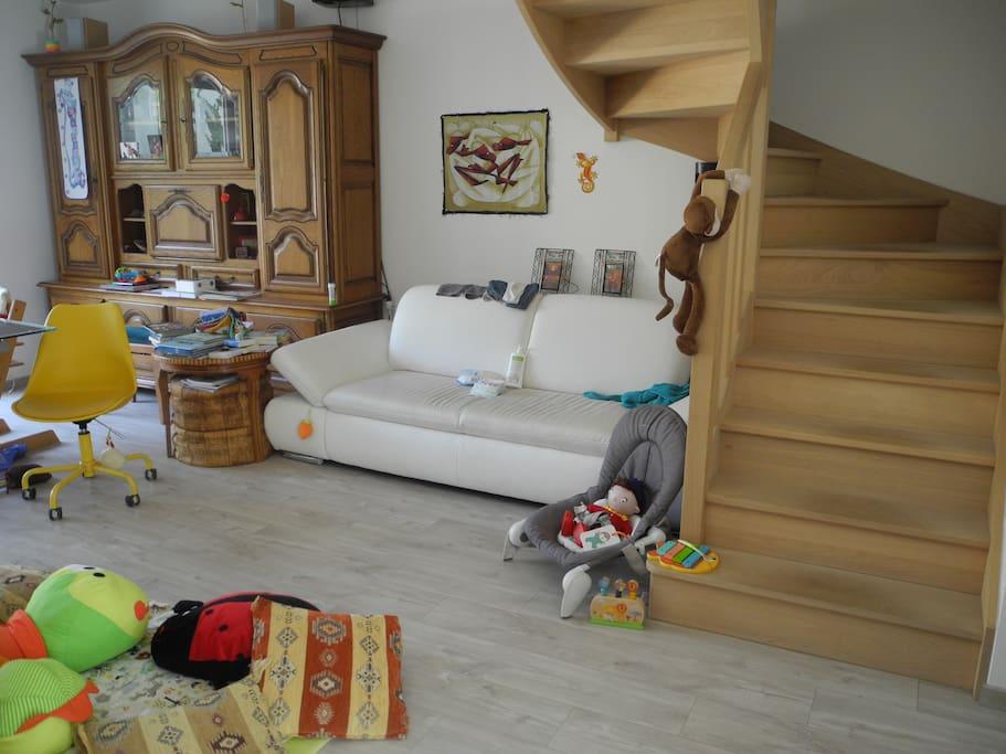 Salon et escalier d'accès au 1er étage