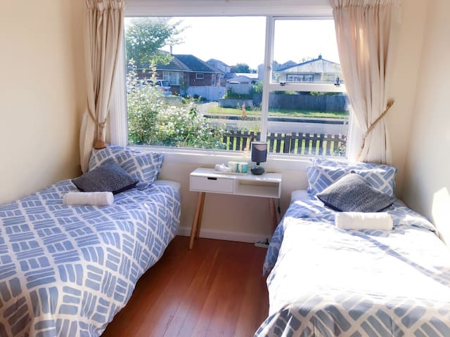Sunshine bedroom with breakfast - Christchurch