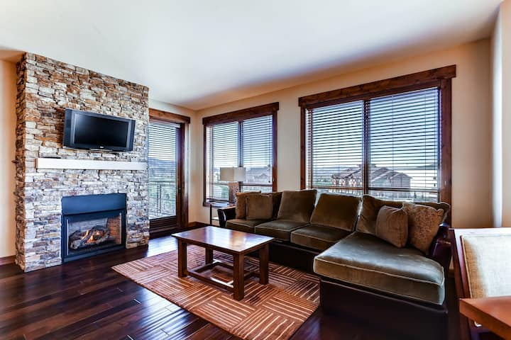 Brilliant upscale condo w/ADA accessibility & shared hot tubs, pool, gym, grills