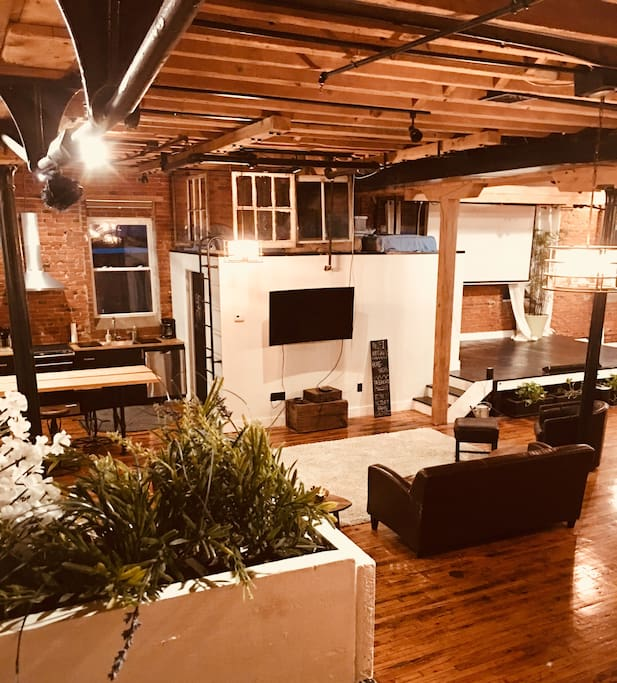 3 Bedroom House For Rent In Philadelphia: Beautiful Loft & Stage Area