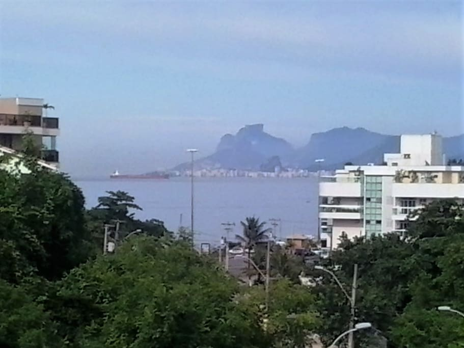 visão da praia de piratininga da sala. ao fundo copacabana e relevo.