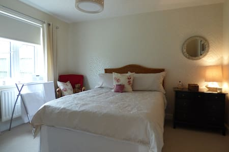 Comfortable double room with en-suite shower room. - Bungalow