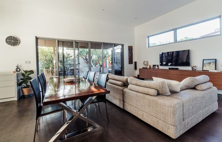 Perfectly located renovated house, minutes to CBD