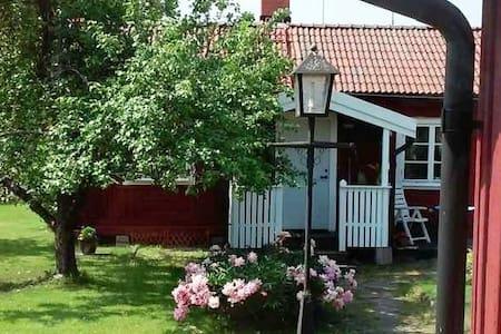 Gårdshus i centrala Valbo