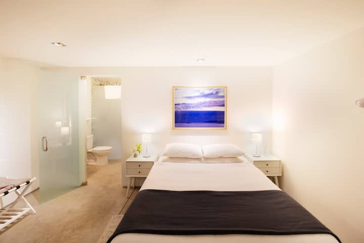 Private bedroom with private entrance near Midtown