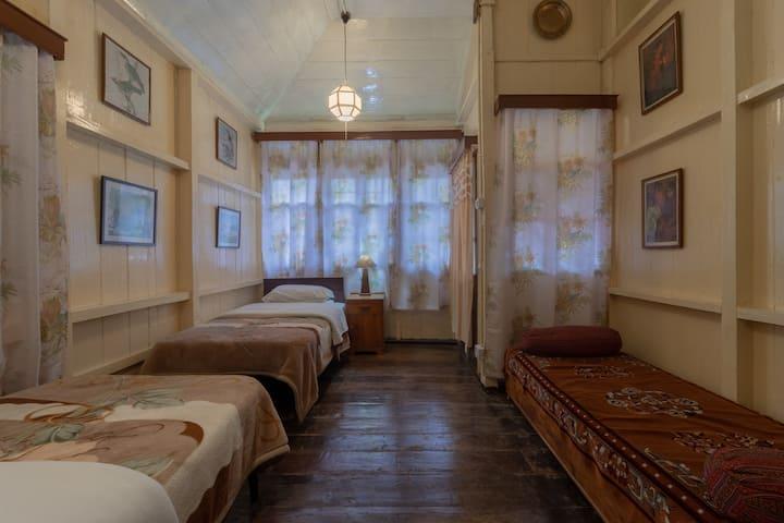 Holumba Haven  :  Magnolia Cottage  Room 3