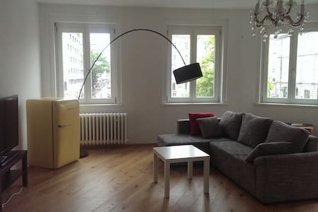 Large room in a central 160m2 flat - Innsbruck - Appartamento
