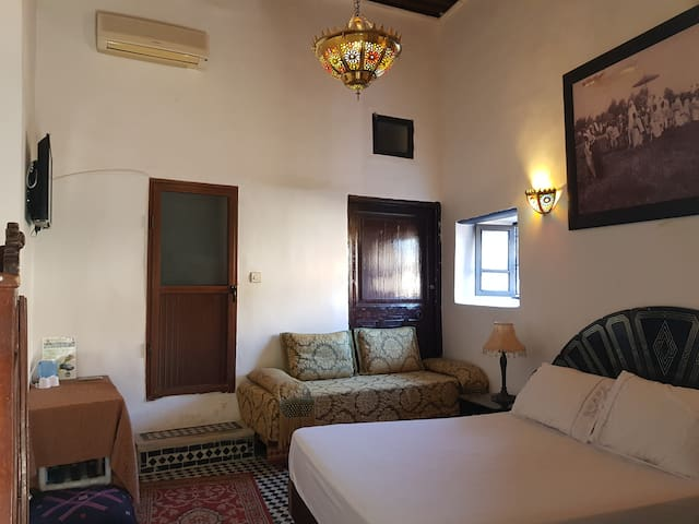 Bedrooms in old palace XIXÈME+WIFi+AC+free parking