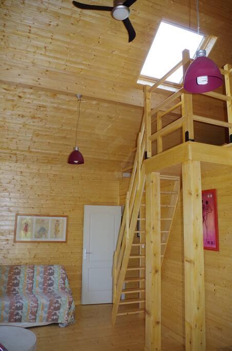 la pièce principale avec la porte de la chambre et l'accès à la mezzanine