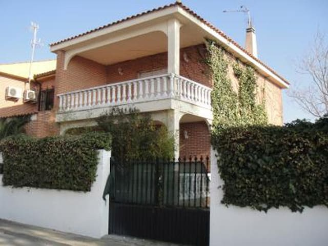Semi-detached house 20 km from Toledo