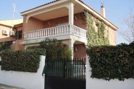Chalet pareado a 20 km de Toledo - Gerindote - House