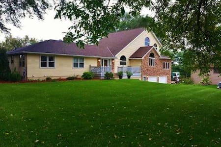 Large Home on Mississippi RIver with Great Views - Champlin - Talo