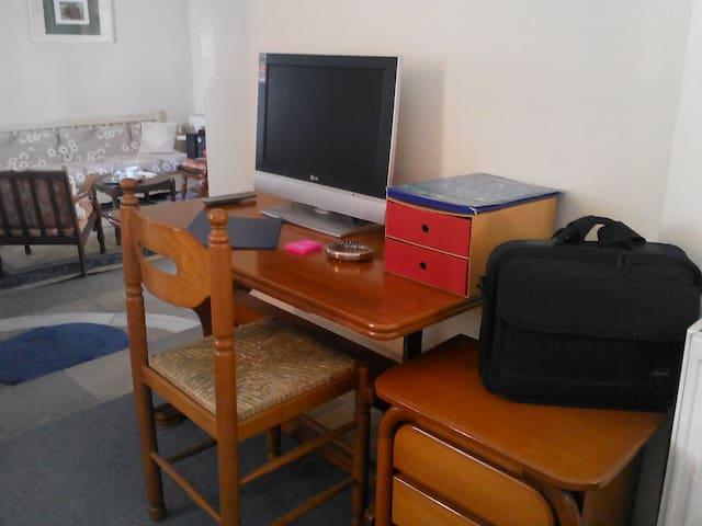 !Cozy WiFi Flat 30' to Metro Acropolis-60'-to Sea! - Peristeri - Apartamento