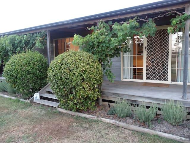 Wirral Grange Cottage - 3 bed house - Nulkaba - Bed & Breakfast