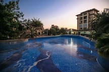 清新滨海公寓,拥有135平米的三室两厅,还拥有800平米的大阳台,离海边800米左右,周围环境优美。