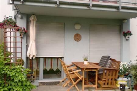 Schönes Zimmer mit Bad/Dusche in Frankfurt in 3 ZW - Frankfurt - Huoneisto