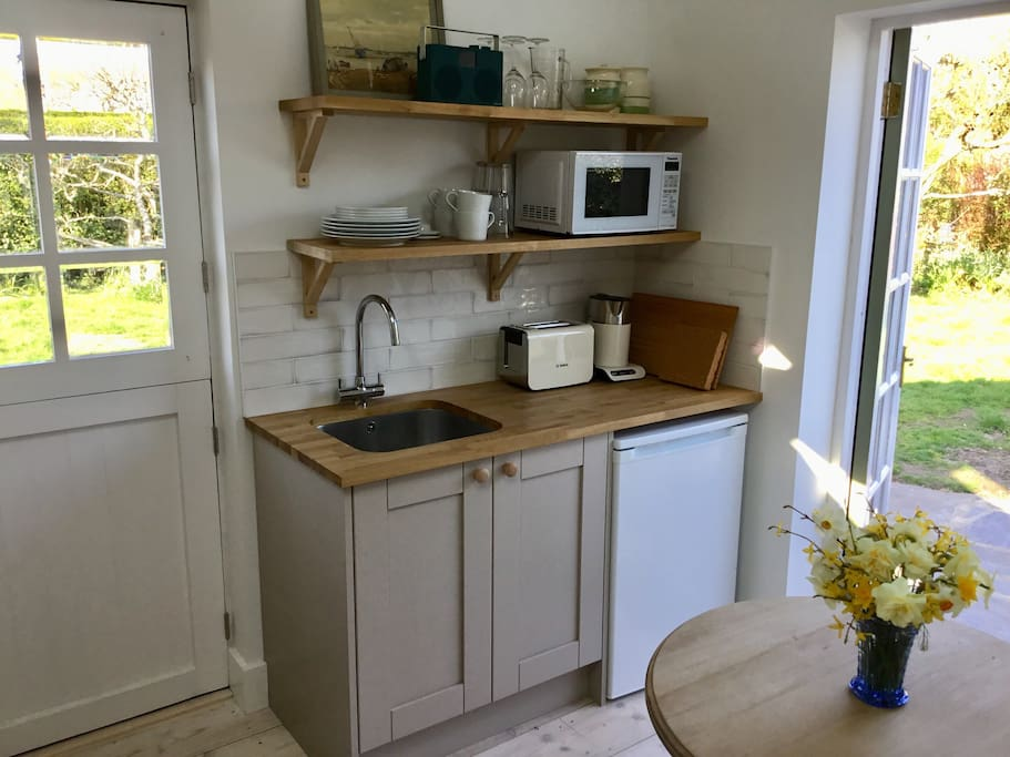 Kitchenette. Equipped with a microwave, fridge, coffee press, toaster, kettle, egg boiler. I will supply tea, coffee, sugar.  A freezer is available if needed.