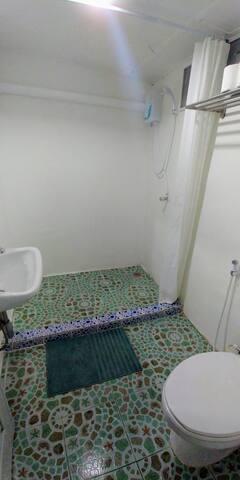 Salle de bain privative avec douche, wc et eau chaude