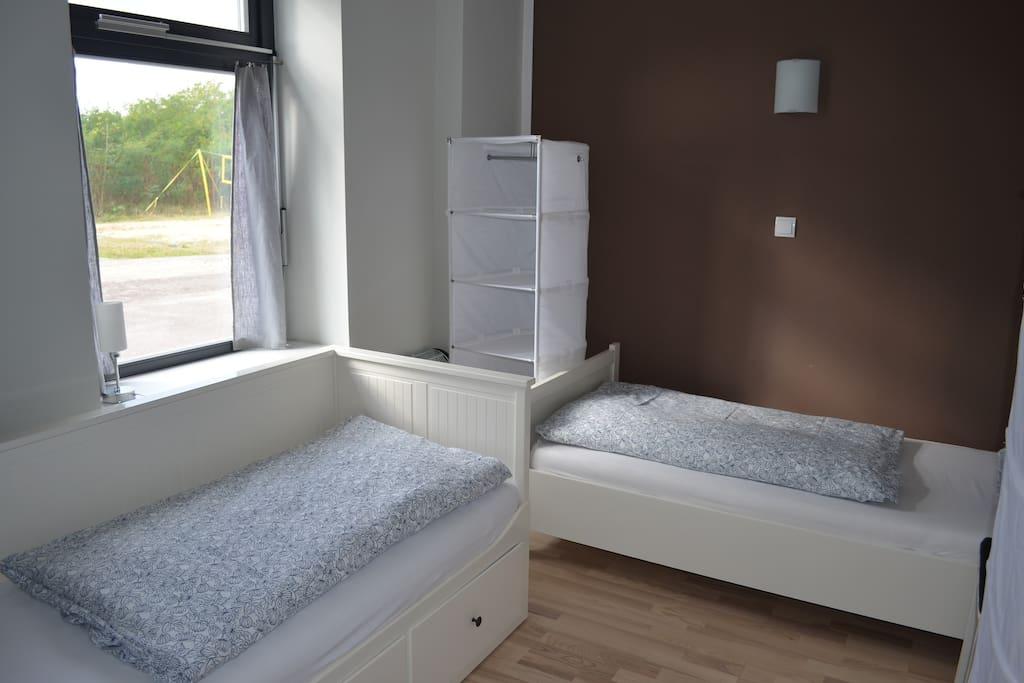 Schlafzimmer mit 2 Einzelbetten. Davon ist ein Bett ausziehbar.
