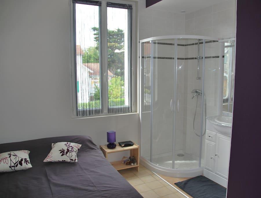 chambre à l'étage avec douche et lavabo