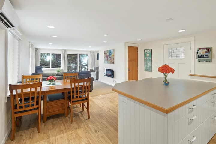 Skipper's Retreat in Oceanside Village - like new!