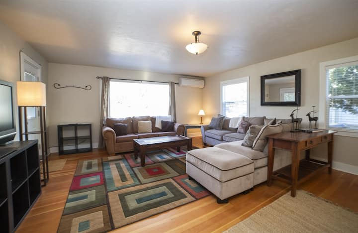Walk Everywhere! 1 mile to downtown Bend Oregon Pet Friendly Fenced Backyard, Free WiFi Air Conditioning