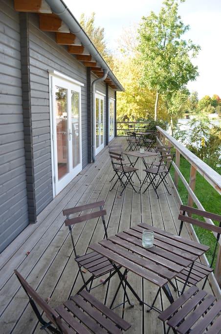 Die Terrasse, direkt am Wasser.