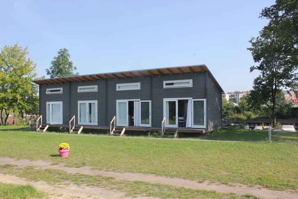 Unsere 4 Sommerhäuser im skandinavischem Blockhausstil.