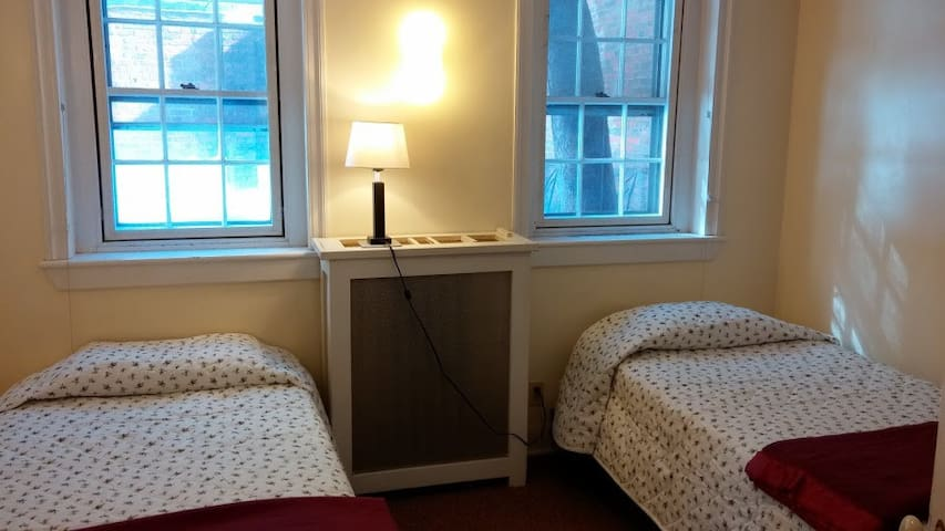 Cozy Room in Quaker Community - Boston - Bed & Breakfast