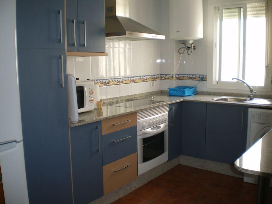 Cocina muy espaciosa, con todos los utensilios necesarios.