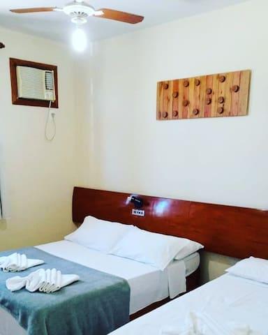 Quarto com cama de casal + 01 cama de solteiro, ar condicionado, tv, ventilador de teto e guarda roupas