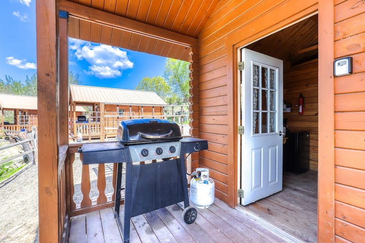 Dog-friendly, dry cabin w/ access to on-site mini-golf, a cafe, & general store!