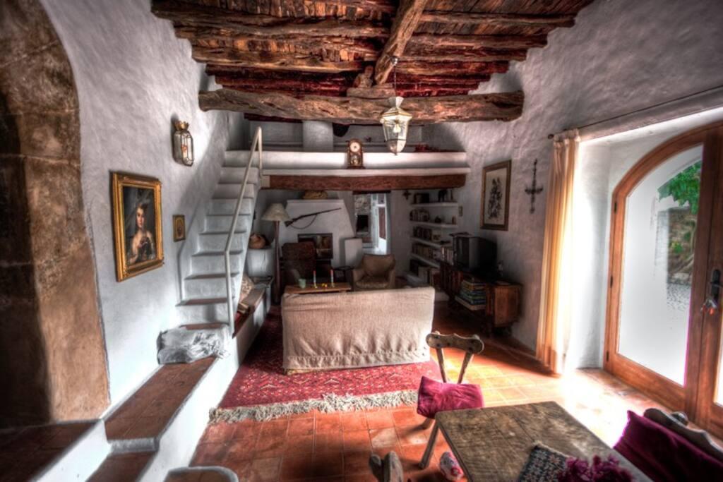 Wohnzimmer mit maurischem Torbogen