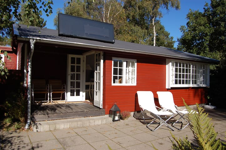 Close to beach & HUGE sunny garden - Graested - Houten huisje