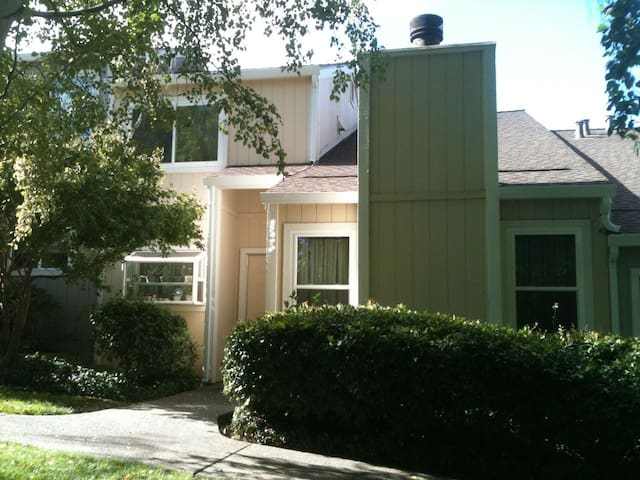 Room in Townhouse~Private Bathroom for You~Laundry - Pleasant Hill - Hus