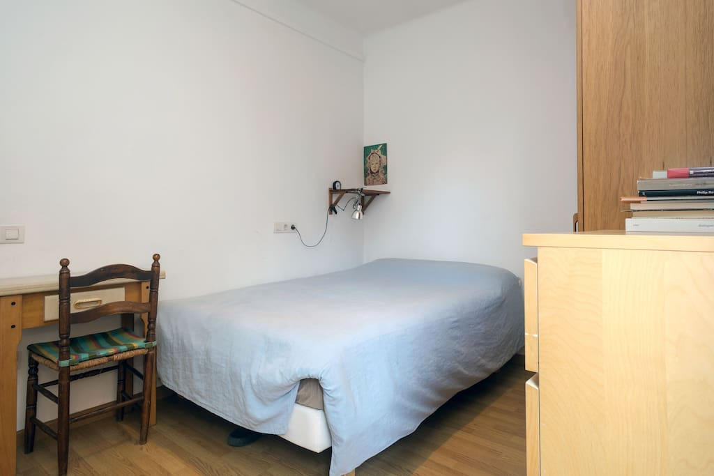 cama doble y balcón