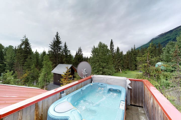 Spacious cabin w/ private hot tub, mountain & glacier views