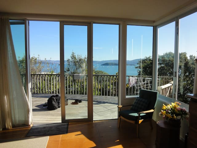 Gum tree house facing the Harbour - Lower Hutt - Casa
