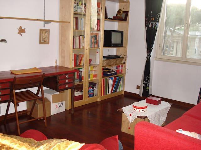 Stanza rossa in attico con terrazzo - Rome - House