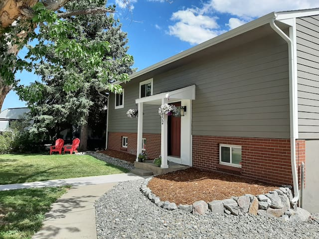 Beautiful renovated home (Hot tub, Deck and Games)