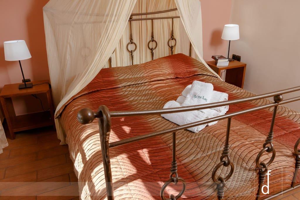Υπνοδωμάτιο με υπέρ-διπλό κρεβάτι και καθαρές πετσέτες!