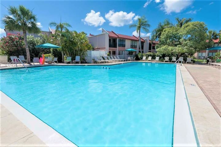 Resort Style Condo by the Beach with Heated Pool at Runaway Bay