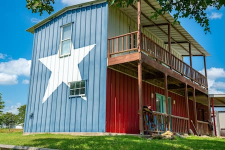 Sunset Oaks (Quaint and Cozy) Texas Cabin